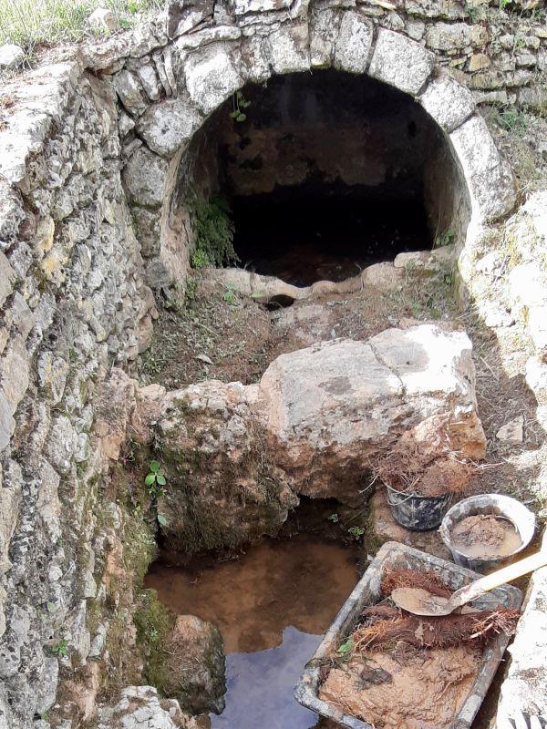 La fontaine en cours de curage