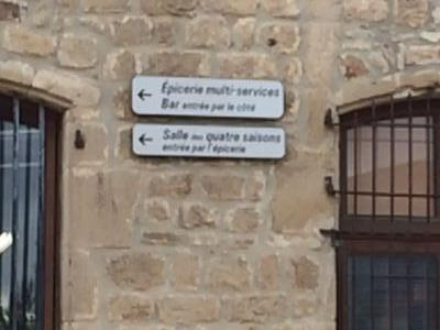 panneaux sur le mur du château Julien